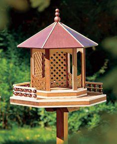 Wer beobachtet nicht gerne Vögel im Garten oder hört sie singen? Mit dem Vogelfutterhaus lockt ihr die gefiederten Freunde an. Wir zeigen euch, wie ihr das Vogelhaus selbst baut.