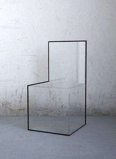 """""""Urban Philosophy"""" est une chaise en polycarbonate transparent dont certaines de ses tranches sont recouvertes d'une fine ligne noire en métal brouillant le regard. ..."""