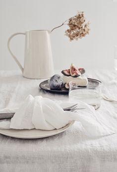 Wabi-Sabi Style in 5 Steps - The Hottest Home Design Trend of 2018 Wabi Sabi, Norwegian House, Linen Napkins, Scandinavian Home, Home Decor Trends, Decor Ideas, Simple Living, Natural Living, Tablescapes