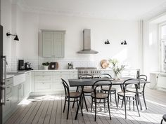 scandinavian interior design Beige Wall Colors, Green Wall Color, Minimalist Dining Room, Minimalist Kitchen, Minimalist Style, Scandinavian Kitchen, Scandinavian Interior Design, Scandinavian Style, Dining Table Chairs
