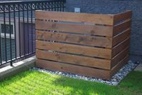 A Cover for Air Conditioners, Heat Pumps, Pool Filters. This would be a good way to keep the puppy from chewing on our pool pump air conditioner/heating units in the side yard. Patio Pergola, Backyard, Pergola Kits, Outside Living, Outdoor Living, Outdoor Projects, Home Projects, Pallet Projects, Pallet Ideas