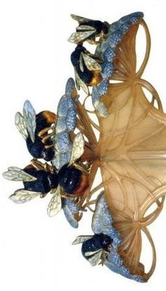 René Lalique. Drone with Umbels Hair Comb. c. 1901-2. Carved horn, gold and enamel.