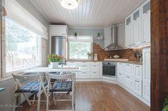 Kodin sydämenä toimii tunnelmallinen maalaisromanttinen keittiö