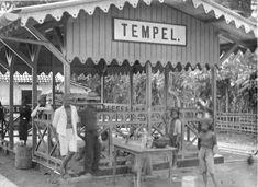 Stasiun Tempel di jalur trem uap Yogyakarta-Muntilan (1904)  Berkas:COLLECTIE TROPENMUSEUM Straatverkoop bij het station Tempel op het stoomtramtraject Jogjakarta-Moentilan Midden-Java. TMnr 60013761.jpg