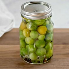These spicy Pickled Green Tomatoes are a quick and easy way to use up the last of your garden's harvest! These green cherry tomatoes are pickled with vinegar, garlic, dill and red pepper for a tasty bite size refrigerator pickle. Pickled Green Cherry Tomatoes Recipe, Canning Green Tomatoes, Pickled Cherries, Cherry Tomato Recipes, Canned Cherries, Plum Tomatoes, Easy Veg Recipes, Summer Recipes