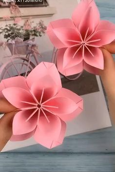 Paper Flowers Craft, Paper Roses, Flower Crafts, Diy Flowers, Folded Paper Flowers, Paper Peonies, Instruções Origami, Paper Crafts Origami, Origami Videos