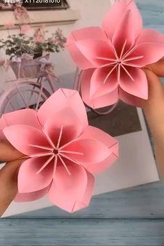 Paper Flowers Craft, Paper Roses, Flower Crafts, Diy Flowers, Folded Paper Flowers, Plumeria Flowers, Paper Peonies, Instruções Origami, Paper Crafts Origami