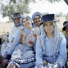 coastalcottage: (via imagens de portugal | A Ervilha Cor de Rosa) Folk Clothing, Old Photography, Folk Costume, People Of The World, Traditional Dresses, Folklore, Pt Portugal, Female, History
