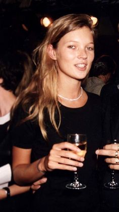 Kate Moss holding champagne// 90s fashion