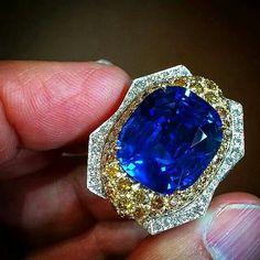 repost from @markemanuel Big Burma Blue.... #davidwebb 22ct #burmasapphire #cushioncut in a #vividyellow bath.... #instarepost20