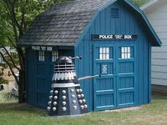 Dr Who! Tardis and Dalek shed win! I think we should paint our chicken coop this color. Dr Who, Doctor Who Tardis, 13th Doctor, Up House, Goat House, Dalek, Deco Design, Future House, Geek Stuff