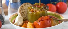 Greek stuffed peppers and too ***** only used cup rice, lb beef, 2 peppers, 2 tomatoes Sin Gluten, Gluten Free, Greek Stuffed Peppers, Stuffed Tomatoes, Vegetarian Nut Roast, Queso Feta, Veggie Delight, Greek Dishes, Vegetable Puree