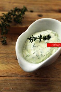 Salsa alla crème fraîche per il pesce Dip Recipes, Cooking Recipes, Salsa Italiana, Mousse, Pesto Sauce, Creme Fraiche, Chutney, Polenta, Finger Foods