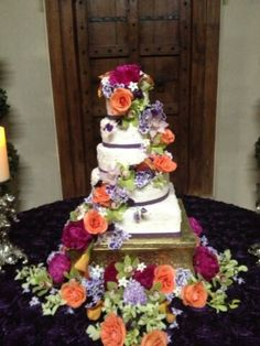 Fresh flowers really help add that something special to your wedding cake! #newleaf #sweetcherrysugarart #thepalaceeventcenter #weddings #cake #floral