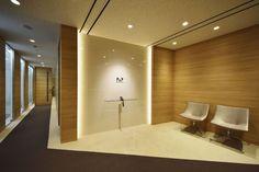 オフィスデザイン実績~温かみと信頼を感じさせるデザイナーズオフィス Office Entrance, Small Entrance, Lounge Lighting, Office Lighting, Office Interior Design, Office Interiors, Entrance Lighting, Corridor Design, Clinic Design