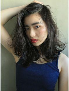この画像は「黒髪ロングに憧れるミディアム女子へ。透明感たっぷり暗髪ヘアカタログ」のまとめの19枚目の画像です。