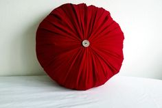 Round pillow... I´m completely obsessed with this shape!