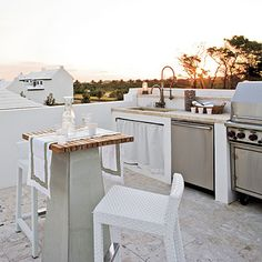 Cooking outdoors doesn't only have to happen on the of July with a couple of burgers on the grill. Building an outdoor kitchen is an extravagant luxury, yes, but a luxury none the less. We love this coastal outdoor kitchen and its built-in dishwasher. Outdoor Spaces, Outdoor Living, Outdoor Balcony, Built In Dishwasher, Outdoor Kitchen Design, Outdoor Kitchens, Basic Kitchen, Built In Grill, My Pool