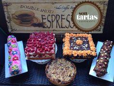 Mesa dulce; tarta de fresas, de calabaza con chocolate, de Tigretón, de Pantera Rosa, de ruibarbos con crumble de avena ..hecho por Sontartas