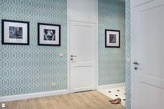 Wystrój wnętrz - Hol / przedpokój - pomysły na aranżacje. Projekty, które stanowią prawdziwe inspiracje dla każdego, dla kogo liczy się dobry design, oryginalny styl i nieprzeciętne rozwiązania w nowoczesnym projektowaniu i dekorowaniu wnętrz. Obejrzyj zdjęcia! Business Women, Tall Cabinet Storage, Gallery Wall, Mirror, Wallpaper, Interior, Furniture, Design, Home Decor