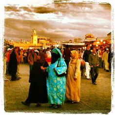 Frauen auf dem berühmter Djemaa el Fna in Marrakesch