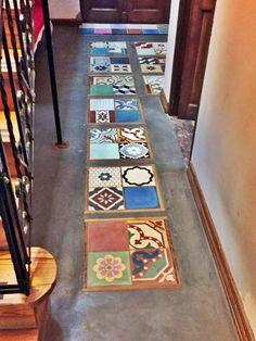 Mirá que original este patchwork de mosaicos, colocados en cuadros, y enmarcados con tirantes de madera, en piso de alisado d...