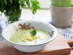 Zupa z cukinią i bazylią - poznaj przepis na danie smaczne, orzeźwiające i pełne zdrowia Cheeseburger Chowder, Food, Meal, Eten, Meals