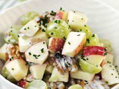 Herbstsalat mit Sellerie, Apfel, Trauben und Walnüssen - smarter - Zeit: 20 Min. | eatsmarter.de