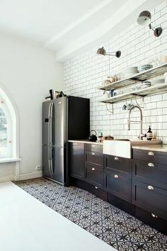 des carreaux de ciments noir et blanc, briques de métro blanc, cuisiner rénovée dans un style industriel