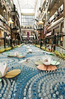 Un estanque urbano, con cientos de botellas de plástico.