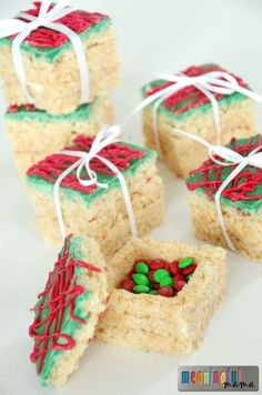 Rice Krispies Treats Presents with a Surprise - I'd love to use this Christmas idea for the table place settings! desserts Rice Krispies Treats Presents with a Surprise Holiday Snacks, Christmas Snacks, Christmas Cooking, Christmas Goodies, Holiday Recipes, Christmas Popcorn, Christmas Rice Krispie Treats, Diy Christmas, Christmas Deserts Easy