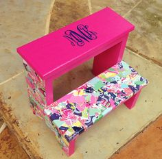 Step up colorfully with a Lilly Pulitzer stool, monogrammed of course! For raised dorm beds! Craft Projects, Projects To Try, Craft Ideas, Diy And Crafts, Arts And Crafts, Dorm Life, College Life, College Room, Dorm Decorations