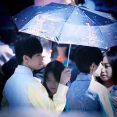 Nghiêng ô về em, vì em che mưa che nắng, che chở một đời
