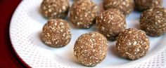 When you need a quick post-workout snack, something with protein and carbs, look no further. Made with only three ingredients you probably already have in your kitchen, these protein balls couldn't be easier to whip up. At 47 calories per ball, a. Healthy Vegan Snacks, Healthy Protein, Healthy Recipes, Healthy Eating, Happy Healthy, Ww Recipes, Healthy Meals, Recipies, Protein Desserts