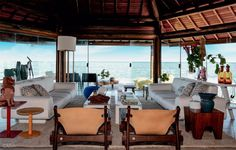 O conforto é fundamental e está presente, mas o desenho da casa, erguida no litoral pernambucano, rompeu com a arquitetura convencional de veraneio e deu à família uma forma mais integrada e gostos…