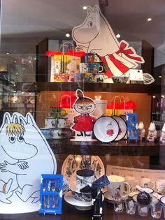 Great window display Moomin Mugs, Pos Display, Dinnerware, Window, Disney, Interior, House, Home Decor, Dinner Ware