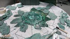 Un ripiano di #melachite realizzato con forme geometriche ottenute da pezzi di pietra tutti diversi