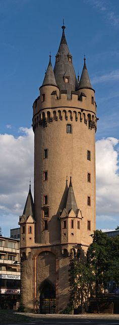 Eschenheimer Turm (von Nordwesten), Frankfurt | The Eschenheim Tower was as a city gate part of the late-medieval fortifications of Frankfurt am Main. The tower was built at the beginning of the 15th century and is a landmark of the city. (Photo by Jürgen Matern.)