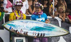2014 Pipe Masters winner, Julian Wilson with the Pipe Masters trophy surfboard by Phil Roberts Julian Wilson, John John Florence, World Surf League, Surfboard Art, Iconic Photos, Billabong, Special Events, Competition, Surfing