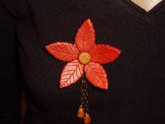 broche fleur rouge dorée en fimo : Broche par oeil-de-tigre