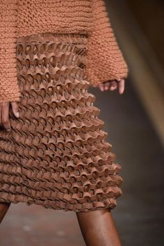 Fernanda Yamamoto Inverno don't we all want a corrugated cardboard looking skirt! Textile Design, Textile Art, Fernanda Yamamoto, Fashion Details, Fashion Design, Leather Weaving, Fashion Mode, Paris Fashion, Knit Fashion