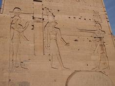 El Templo de Isis es el principal en la isla, y su entrada comienza con un camino de columnatas hasta llegar a los pilonos de la entrada con sus relieves de escenas de triunfo y ofrenda a dioses. Egypt, Temple, Drive Way, Islands, Entryway, Blue Prints