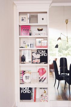 7 Styling Tips for Pinterest-Worthy Bookshelves - HOUSE of HARPER #styling #pinterest #bookshelves #traditional #homedecor