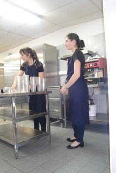 """Le service des boissons lors de la restauration à thème """"Fast-food"""""""