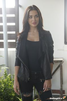 Indian Bollywood Actress, Indian Film Actress, Indian Actresses, Bhojpuri Actress, Actress Amy Jackson, Love Fashion, Girl Fashion, Girls In Mini Skirts, Most Beautiful Indian Actress