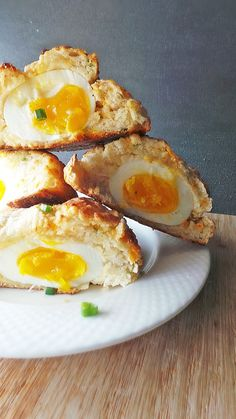 チーズとヨーグルトで作った生地で卵を包んで焼いた「エッグチェダービスケット」