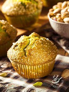 I Muffins ai pistacchi sono una ricetta delicatissima e molto originale, ideale da proporre a un brunch con amici amanti della buona tavola! #muffinsaipistacchi #muffinpistacchi