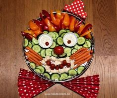 Das schmeckt Kindern und Veg… An idea to decorate raw food: The ROHKOST CLOWN. It tastes good to children and vegetarians! Fits for a kids birthday party like a carnival party. Helthy Snacks, Kids Meals, Easy Meals, Fruits For Kids, Food Carving, Maila, Veggie Tray, Homemade Baby Foods, Snacks Für Party