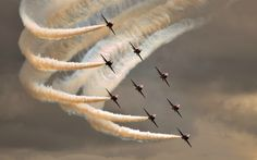 Amazing Aircraft Military smoke Planes show - Architecture & Engineering Avion Jet, Photo Avion, Red Arrow, Blue Angels, Jet Plane, Air Show, Military Aircraft, Belle Photo, Oeuvre D'art