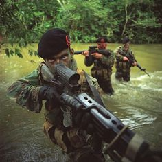 Dutch marines during jungle training in Belize, 1998 Military Photos, Military Weapons, Military Life, Military History, Military Uniforms, Royal Marines, Us Marines, Special Ops, Special Forces